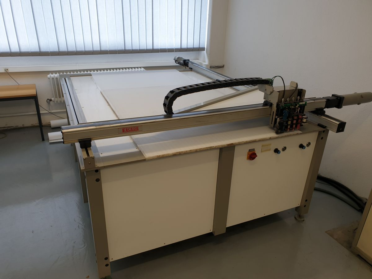 samplemaker with oscillating knife for cardboard and corrugated board